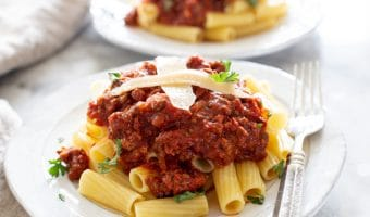 slow cooker meat sauce with rigatoni pasta