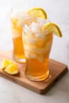 2 glasses of iced tea with lemon wedges